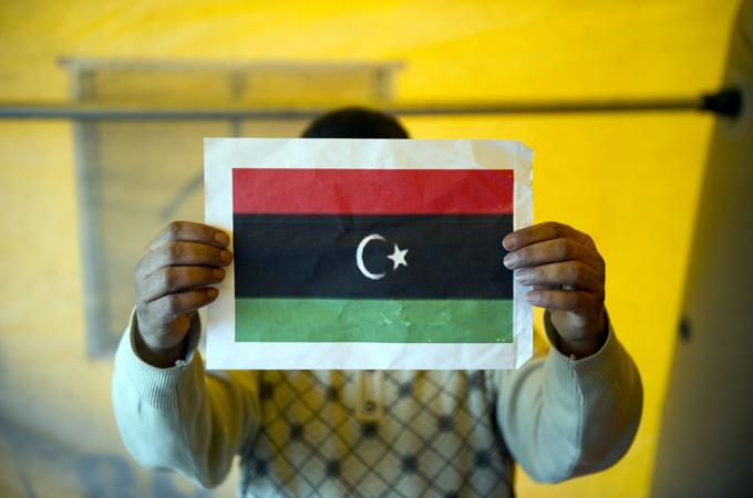 bandiera libia in mano
